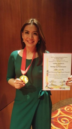 "Unang Hirit host Rhea Santos was given the ""Best Morning Show Host"" award at the Gawad Tanglaw"