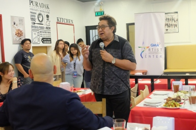 Direk Maryo delos Reyes giving a short message to Artist Center