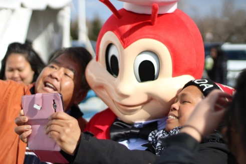 Filipinos who waited through the night were surprised to see Jollibee welcoming them as Jollibee Scarborough finally opened its doors