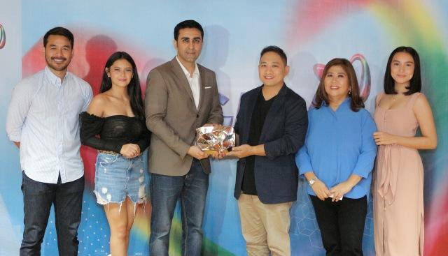 PHOTO 4 - YouTube's Vishal Sarin (third from left) with Kapuso personalities (L-R) Atom Araullo, Bianca Umali, Michael V., Jessica Soho, and Kyline Alcantara